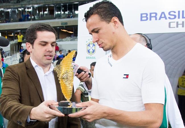 Leandro Damião recebe troféu por artilharia