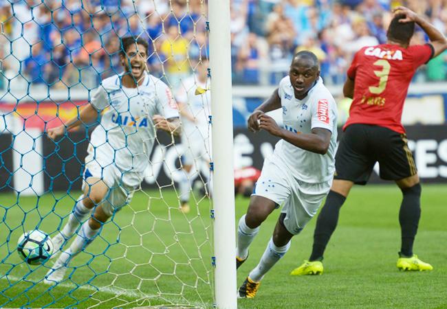 Cruzeiro bate Sport e entra no G6 do Brasileiro