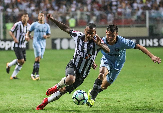 Atlético supera Grêmio e ainda sonha com Libertadores