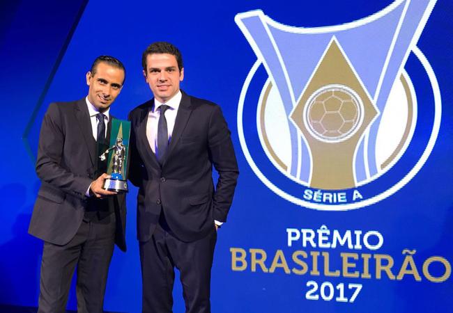 Guilherme Dias recebe prêmio de melhor assistente